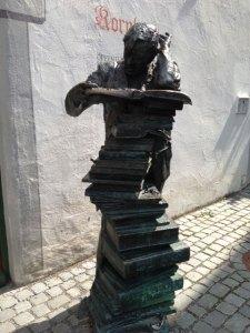 Wetterfester Bücherstapel vor der Stadtbibliothek in Wangen im Allgäu